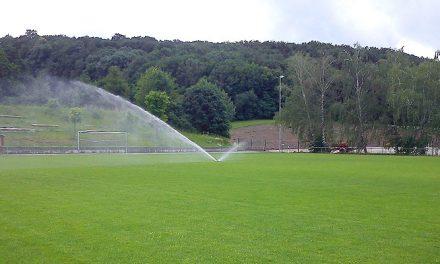 Ein Sportplatz entsteht – Teil 4: Wasser und Licht für den Sportplatz