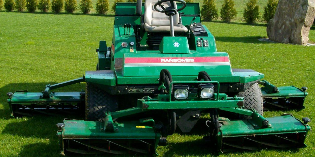 Pflegemaßnahmen für Ihren Sportplatz – Teil 3: Die Rasenpflege